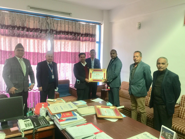बीमा समितिका अध्यक्ष एबम इन्स्याेरेन्स इन्स्टिच्युट नेपाल लि. का संरक्षक श्री चिरञ्जीवी चापागाँईज्यूबाट पूर्व सञ्चालकहरुको विदाई कार्यक्रममा कदर पत्र प्रदान गर्दै